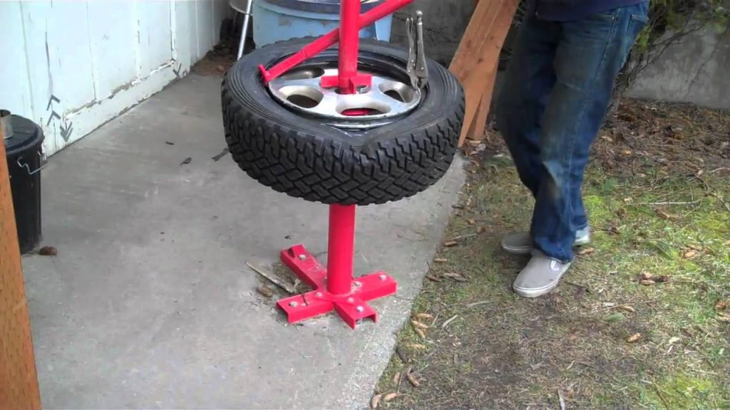 How to Use a Manual Tire Changer
