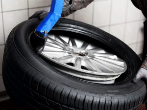 using manual tire changer